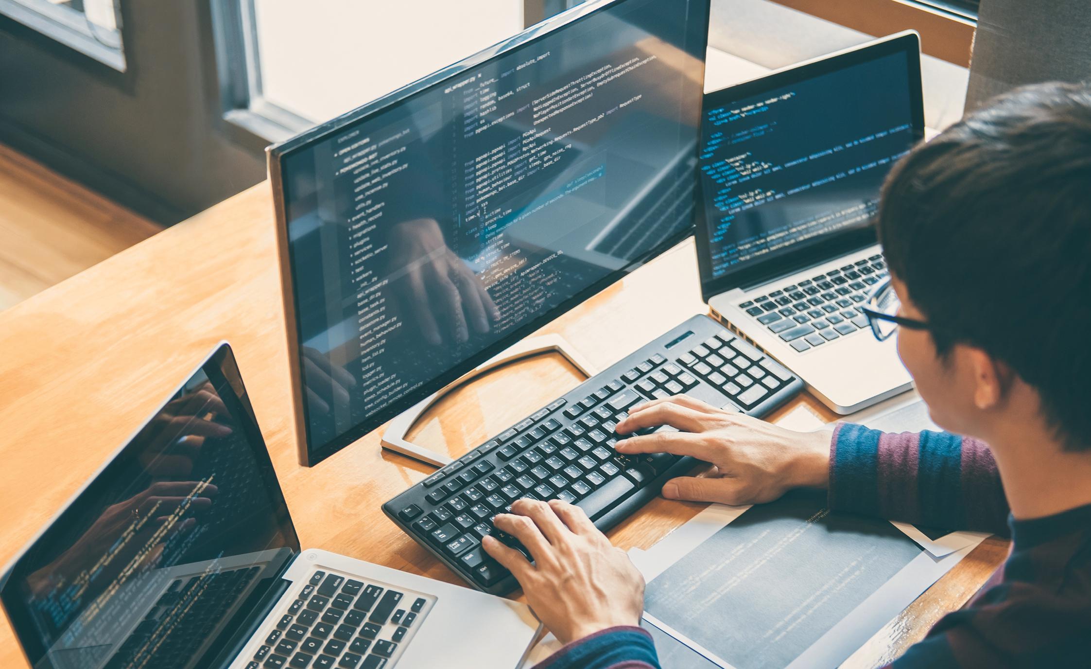 Ubuntu - Debianベースで、初心者に最適なLinuxディストリビューション。キャリアや仕事のためではなく、日常的にコンピュータを使用するユーザーのために作られています。 Linux Mint - こちらもよく知られたLinuxディストリビューション。非常に多くの人々に使用されており、その主な目的は理想的なオペレーティングシステムを作ることです。エレガントで使いやすく、パワフルで効率的であるのが理想的です。 Debian - このLinuxディストリビューションの利点は、最も歴史が長いという点です。30年前、ソフトウェアやプログラミングの世界で話題となって以来、いくつかの他のオペレーティングシステムはこれをベースにしていました。
